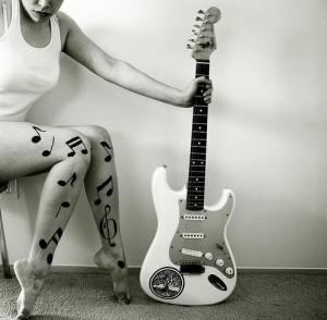 Női lábak és gitár... hmm...